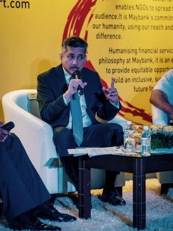 Eddie Razak making a point at the launch of MaybankHeart - Nov 2016