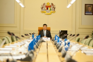 Eddie Razak trying out the PM's seat before the Governance Council meeting at PMO