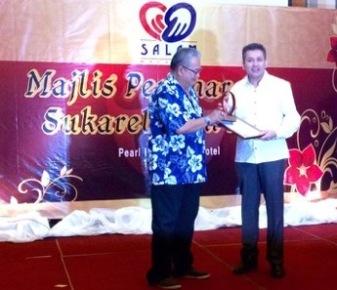 Eddie Razak with Datuk Ahmad A Talib JP at Yayasan Salam awards