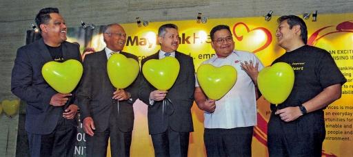 Eddie Razak with Maybank Foundation CEO Sharil Azuar Jimin Maybank Chairman Tan Sri Megat Zaharuddin Megat Mohd Media Prima Group Corp Comm GM Azlan Abdul Aziz Maybank Heart Council Chairman Dato' Amirul Feisal Wan Zahir